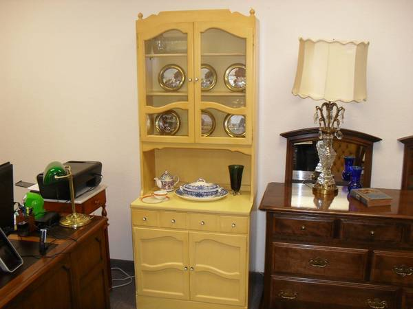 Nice Ethan Allen China Hutch Bookcase In Daffodil